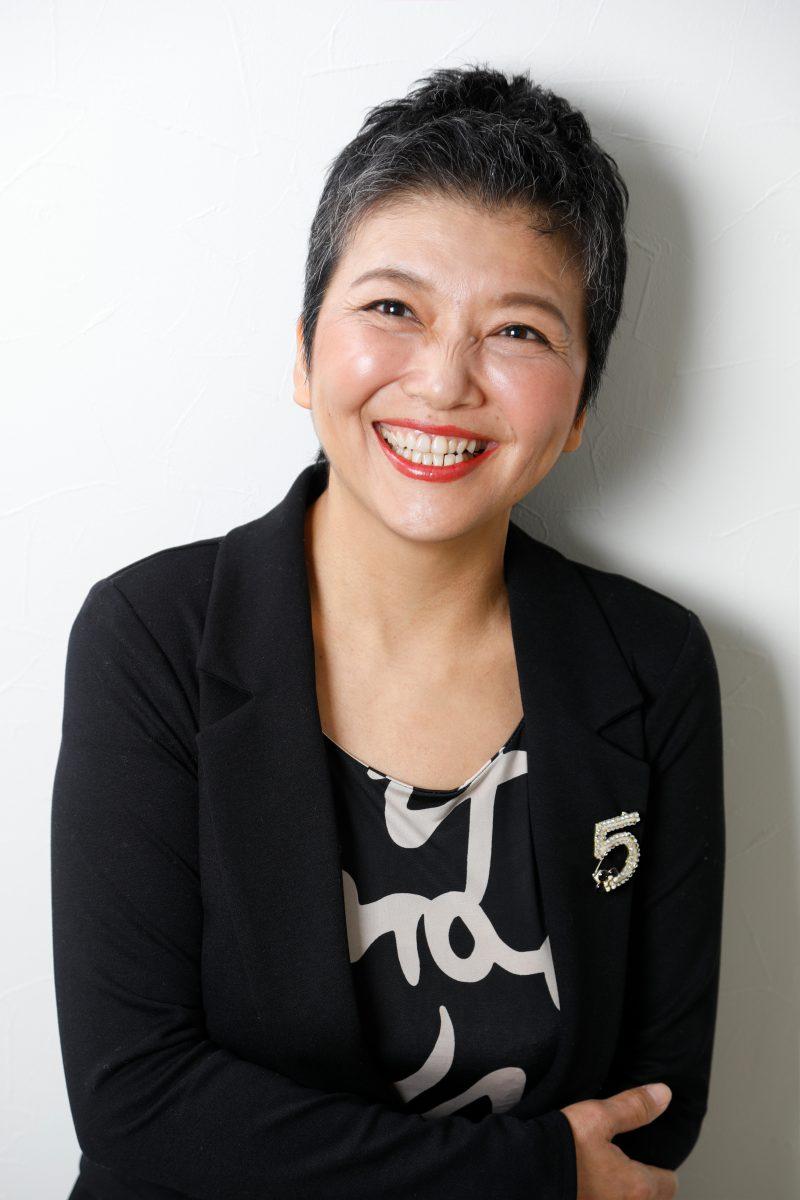 女性のプロフィール撮影 自然な笑顔で