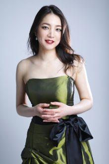 光沢のあるグリーンのドレスに赤リップが映える美人系メイクの声楽家プロフィール写真